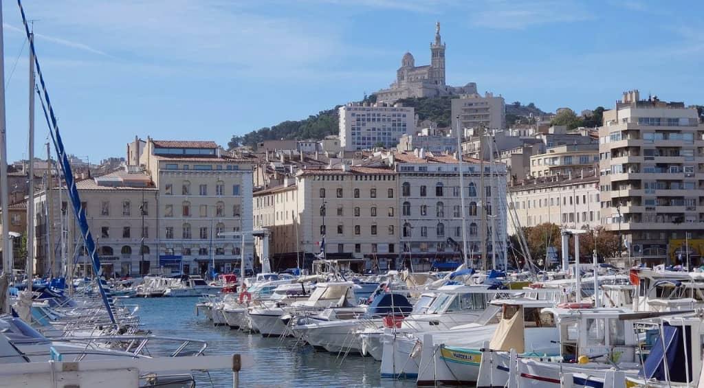 vieux port de Marseille avec vue sur notre Dame de la Garde