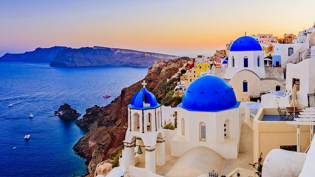 église d'Oia avec ses 3 coupoles bleues à Santorin