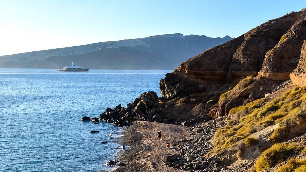 plage de Katharos et ses rochers à Santorin