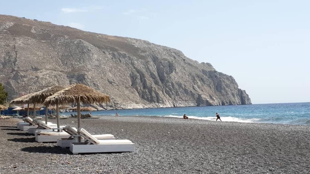 plage familiale de Kamari à Santorin